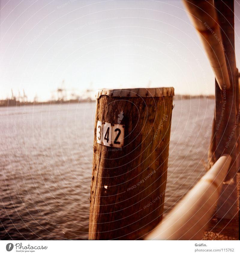 342 Ziffern & Zahlen Kran Plakette Schönes Wetter Hafen Uferbefestigung Mittelformat Horizont Industrielandschaft Lomografie Fluss Bach Pfosten Geländer Wasser