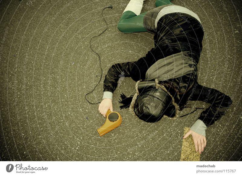 Frau liegt auf Straße mit Fön und Leggins - Fashion-Victim Hipster Lifestyle Mütze Gürtel Bekleidung Körperhaltung Wand stehen Stiefel Minirock Neonlicht Mensch