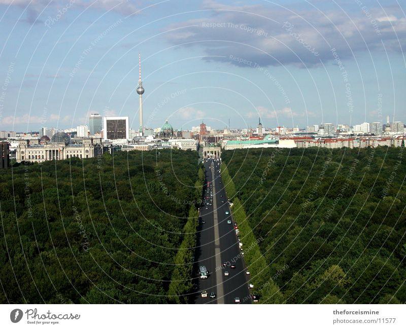 Blick auf Stadtsilhouette Stadt Berlin Hochhaus Verkehr Silhouette Tiergarten Brandenburger Tor Straße des 17. Juni
