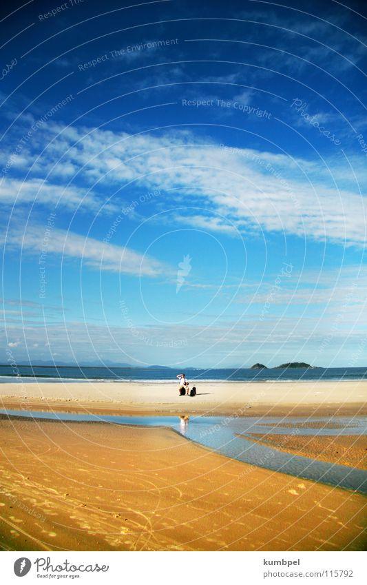 gestrandet Strand Meer Wolken Koffer Suche Mann gelb weiß Einsamkeit Außenaufnahme Küste Angst Panik Sommer Sand Himmel 1:3 Ferien & Urlaub & Reisen Tourist