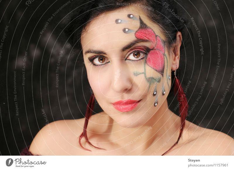 Kunst Make-up auf schöne Frau mit roter Blume und grünen Blättern Haut Gesicht Kosmetik Schminke Lippenstift Wellness Mensch feminin Erwachsene Kopf Auge Ohr