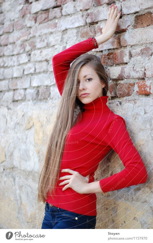 stilvolle Mädchen / Modell an der Wand mit roter Pullover Lifestyle Stil schön Junge Frau Jugendliche Leben Haare & Frisuren 1 Mensch 18-30 Jahre Erwachsene