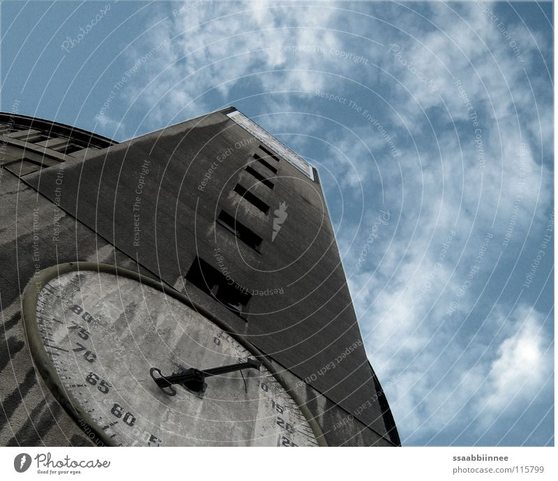 Unzeit Gasometer Zifferblatt Gebäude verfallen Dresden grau Wolken Industriebau Detailaufnahme Uhrenzeiger Himmel Niveau alt