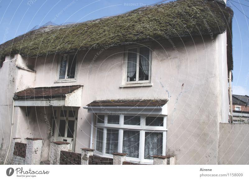langlebig | Naturdach England Dorf Fischerdorf Kleinstadt Altstadt Menschenleer Haus Fischerhaus Landhaus Altstadthaus Fassade Dach Reetdach Reetdachhaus alt