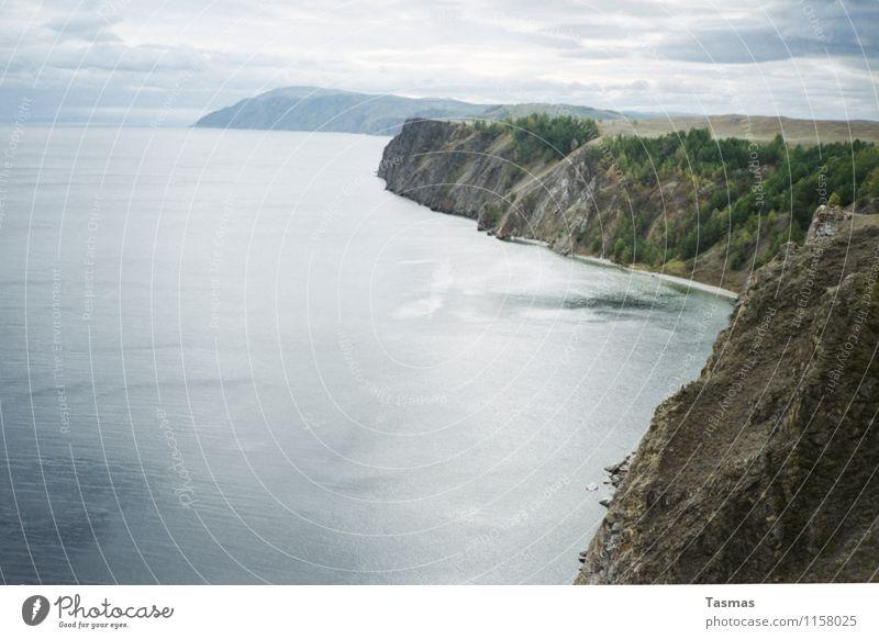Olchon Insel Landschaft Wasser Wald Hügel Felsen Küste Seeufer Fjord Meer baikalsee Abenteuer Russland Wolken Farbfoto Außenaufnahme Menschenleer Tag