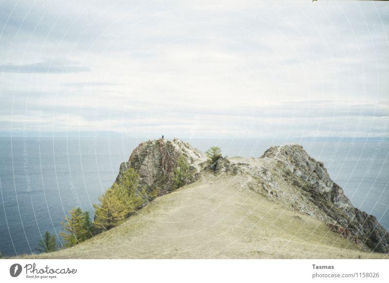 Olchon Insel Landschaft Erde Wasser Wolken Baum Wald Felsen rau Hügel Berge u. Gebirge Abenteuer Beginn Baikalsee Russland Ferne Ende See Farbfoto Außenaufnahme
