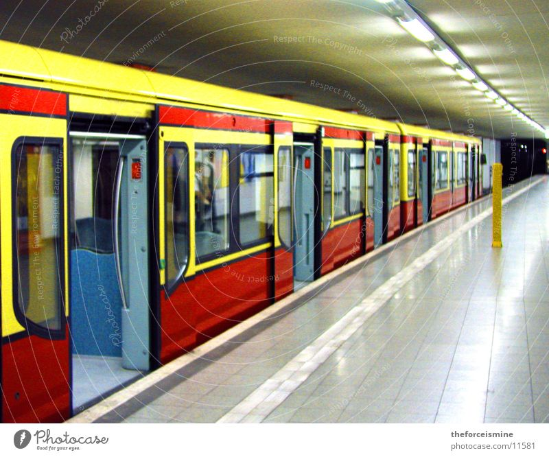 S-Bahn Berlin grau U-Bahn Bahnhof Eisenbahn Bahnsteig unterirdisch Eisenbahnwaggon Schiebetür
