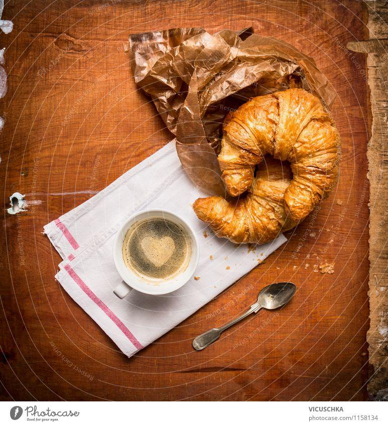 Kaffee und Croissant rustikal Lebensmittel Dessert Ernährung Frühstück Getränk Espresso Tasse Löffel Stil Design Tisch Küche Zeichen Herz Liebe Stimmung Freude