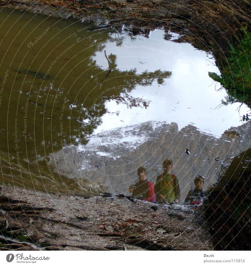 Goonies Pfütze Spiegel Gras grau Schlamm Dolomiten Gipfel Kind Spiegelbild Wolken dunkel planen Nadelbaum Italien Tunnel Wasser Berge u. Gebirge Felsen Himmel