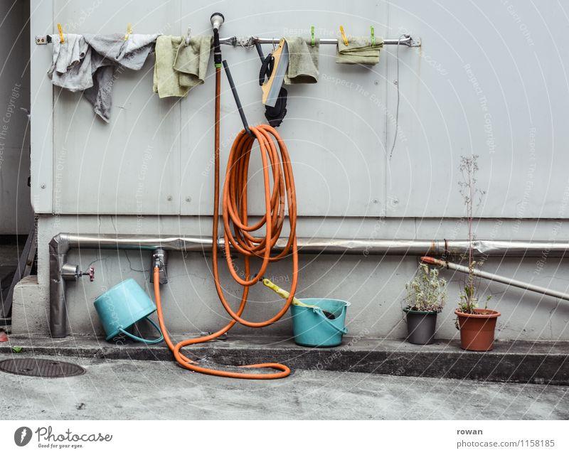 waschplatz Fassade Stadt Reinigen Autowäsche Eisenrohr Wasserhahn trocknen Handtuch Putztuch aufhängen Eimer Farbfoto Außenaufnahme Menschenleer Tag