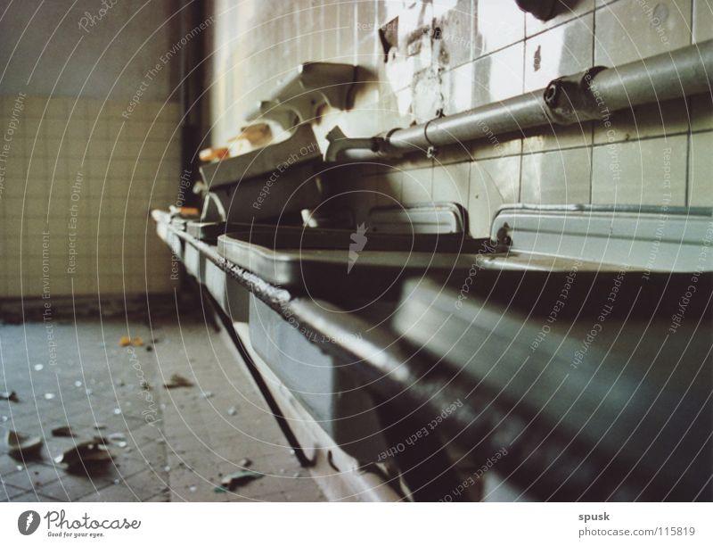 Washroom Militärgebäude Waschhaus Waschbecken Bruchstück Scherbe leer Bauschutt verfallen Spuren der Vergangenheit Röhren