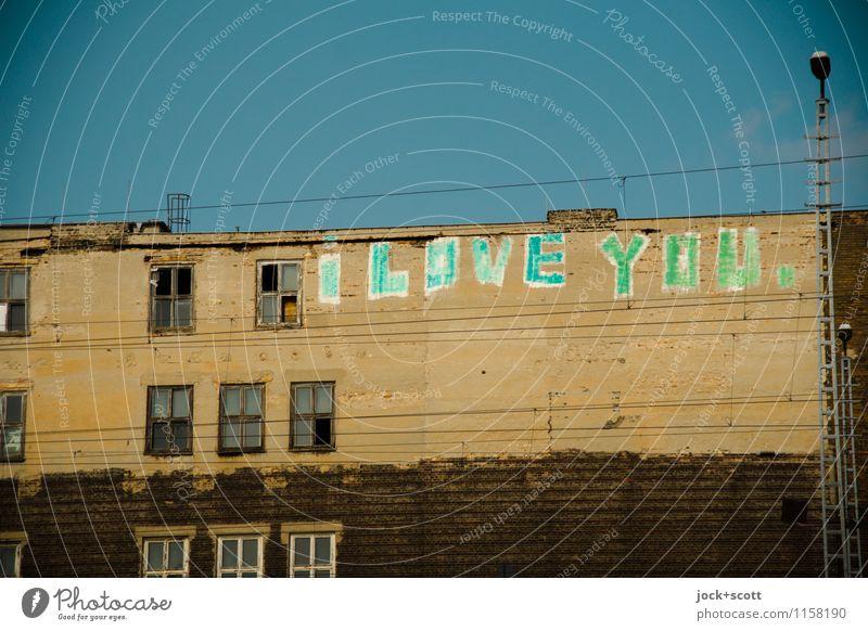 I love you. schreib es an jede Wand 2.0 Typographie Straßenkunst Wolkenloser Himmel Friedrichshain Haus Fassade Fenster positiv Verliebtheit Kreativität