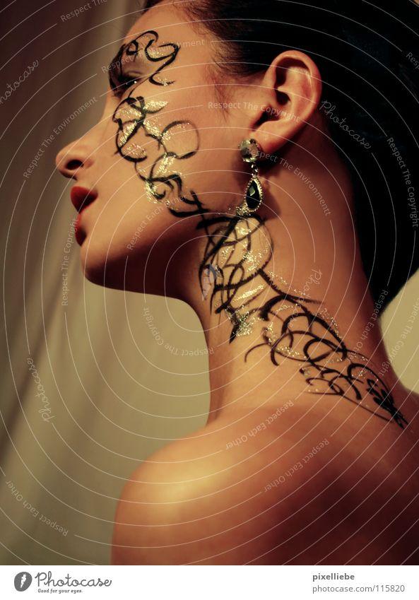 Schillernde Eleganz Frau schön Kosmetik Erwachsene Gesicht feminin Stil gold glänzend elegant Gold Haut dünn Tattoo Dame Schmuck