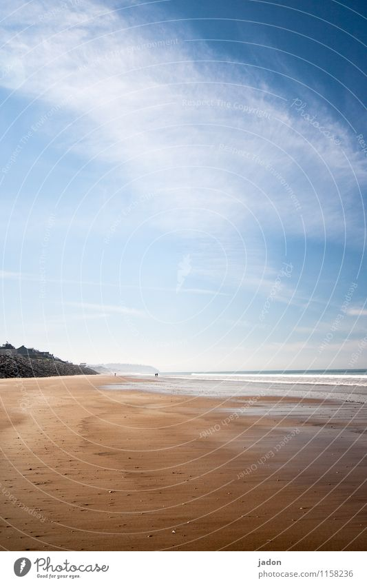 spaziergang am meer. Mensch Himmel Natur Ferien & Urlaub & Reisen blau Sommer Erholung Meer Landschaft Wolken Ferne Strand Umwelt Wege & Pfade Stil Freiheit
