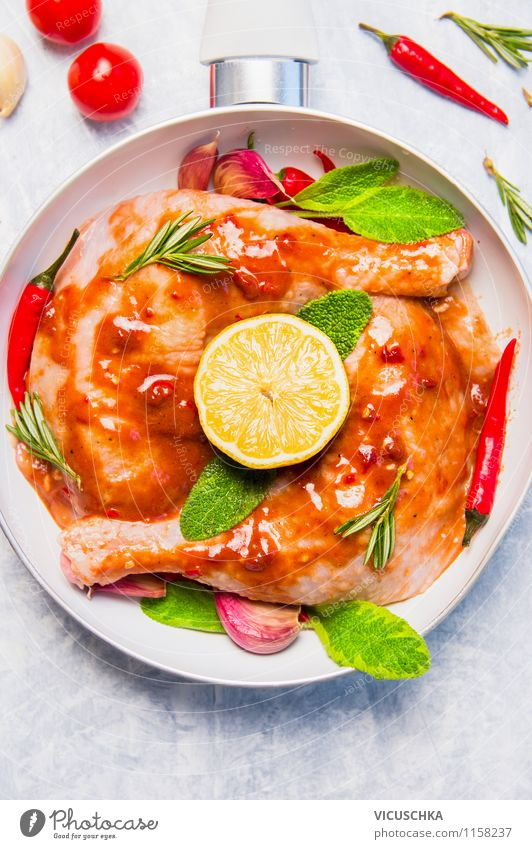 Scharfe Hähnchenkeulen mit Zitrone und Salbei Lebensmittel Fleisch Kräuter & Gewürze Öl Mittagessen Festessen Bioprodukte Diät Pfanne Stil Design