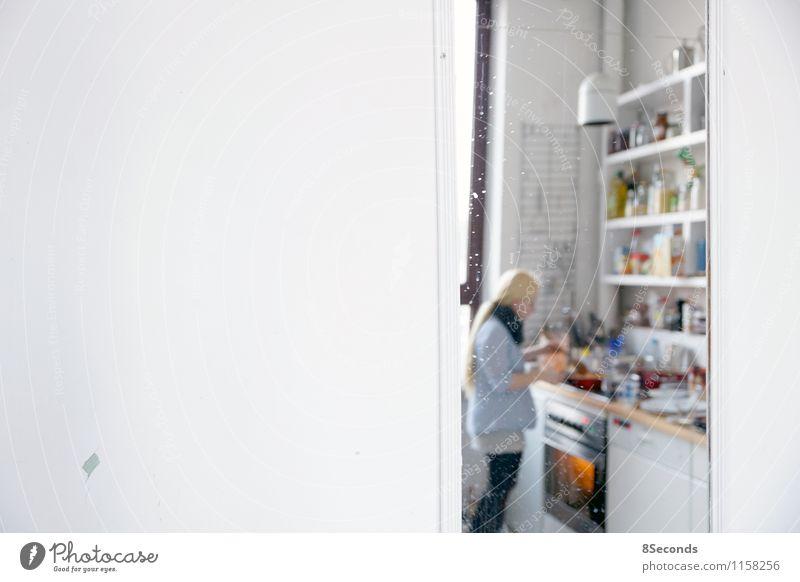 spieglein an der wand Ernährung Essen Mittagessen Abendessen Geschirr Topf Pfanne Wohnung Spiegel Küche feminin Junge Frau Jugendliche Körper 1 Mensch