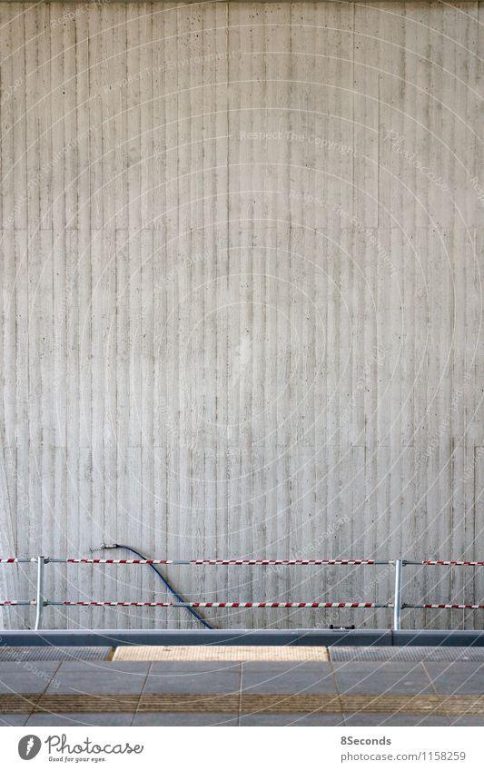 vor die wand fahren Architektur Stadt Menschenleer Bahnhof Brücke Bauwerk Mauer Wand Verkehr Verkehrswege Öffentlicher Personennahverkehr Bahnfahren