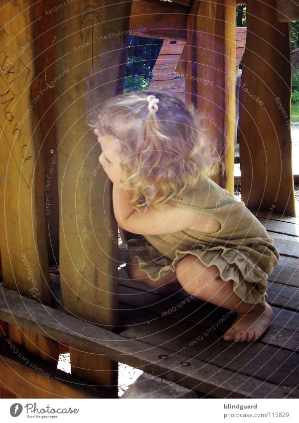 Such Mich Doch! Kind Mädchen Freude Sommer Gesicht Spielen Garten Holz Haare & Frisuren Wege & Pfade Wärme Beine Fuß hell blond Arme