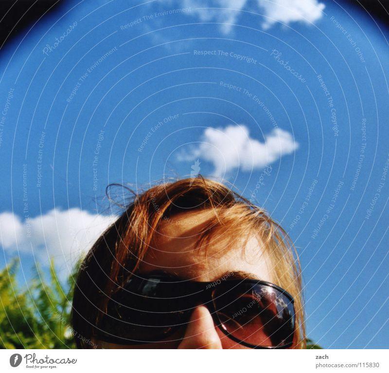 Ich hasse es... Frau Himmel blau Sommer Freude Gesicht Wolken feminin Wärme Brille Physik Sonnenbrille