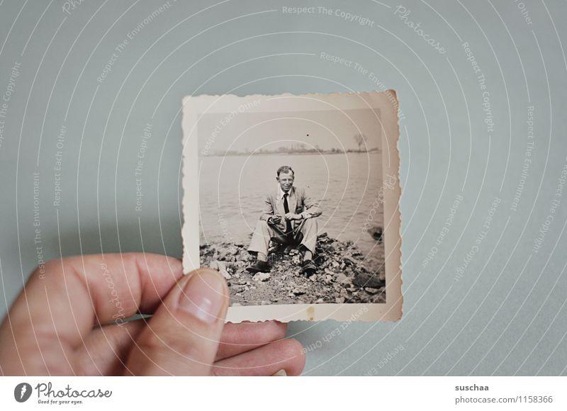 mein vater Fotografie alt Schwarzweißfoto analog Mann sitzen Seeufer Wasser Hand Finger Erinnerung Familienalbum