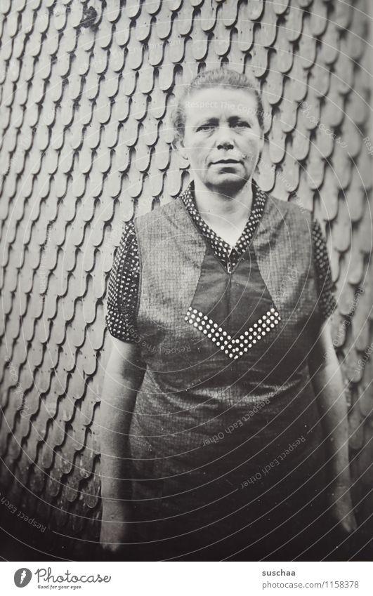 oma bertha Frau Weiblicher Senior Großmutter Wand alt Schwarzweißfoto Erinnerung Familienalbum