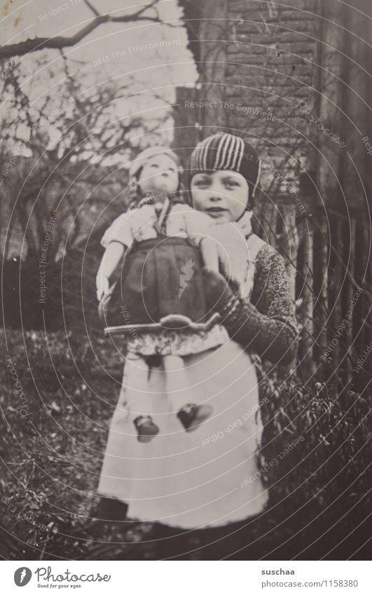 gertrud und ihre puppe Fotografie alt analog Schwarzweißfoto Vorkriegszeit Mädchen Puppe
