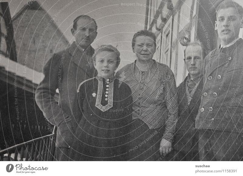 sehr altes familienfoto Fotografie Schwarzweißfoto analog familienalbum Erinnerung 2. Weltkrieg Mensch Familie & Verwandtschaft Mutter Vater Kind Großeltern