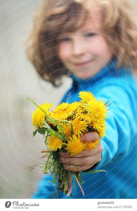 Blumen für dich! Mensch androgyn Kind Junge Kindheit 1 3-8 Jahre Umwelt Pflanze Frühling Sommer Löwenzahn Blumenstrauß langhaarig Locken schön blau gelb
