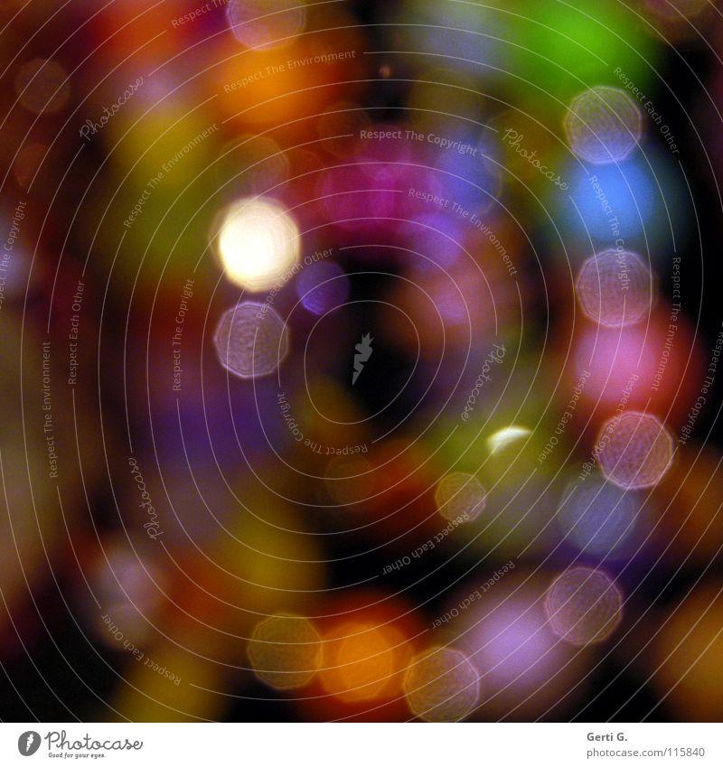 Kerlenpetten durcheinander spektral Lichtpunkt Unschärfe dunkel schwarz Nacht niedlich türkis bernsteinfarben Schmuck Perlenkette Lichteinfall obskur verwaschen