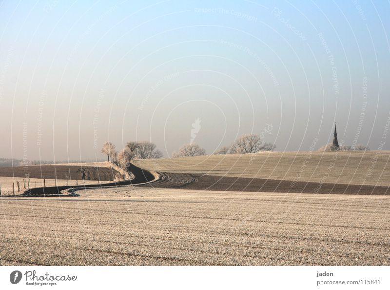 Nach Hause Kirchturm Kirchturmspitze Hügel Winter Feld kalt sehr wenige Gotteshäuser Religion & Glaube Berge u. Gebirge Frost Straße Wege & Pfade Himmel