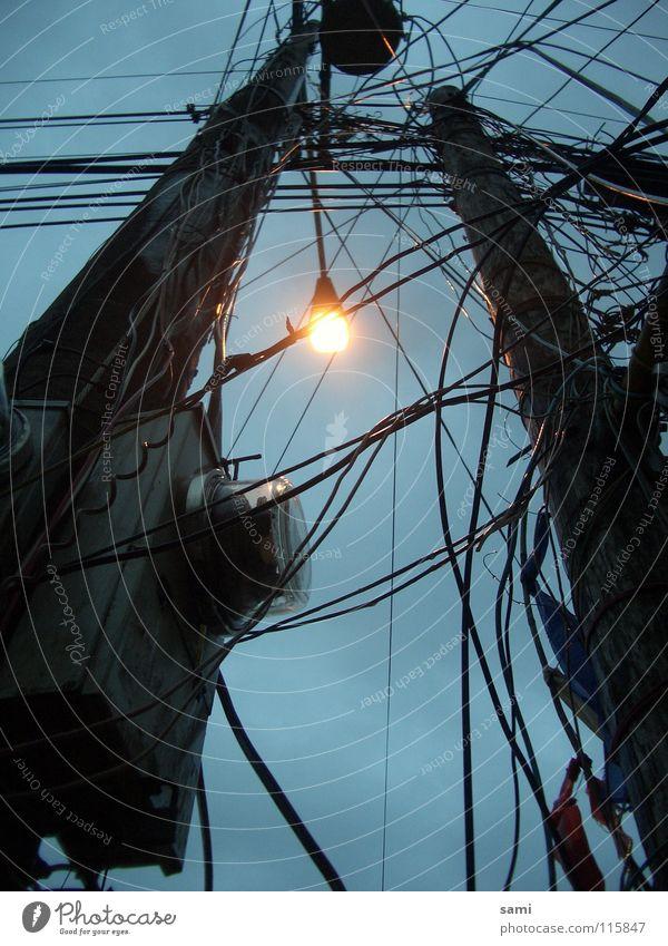 Viel Strom um nichts Elektrizität Kabel Strommast Licht Dämmerung Straßenbeleuchtung Glühbirne durcheinander Elektrisches Gerät Technik & Technologie