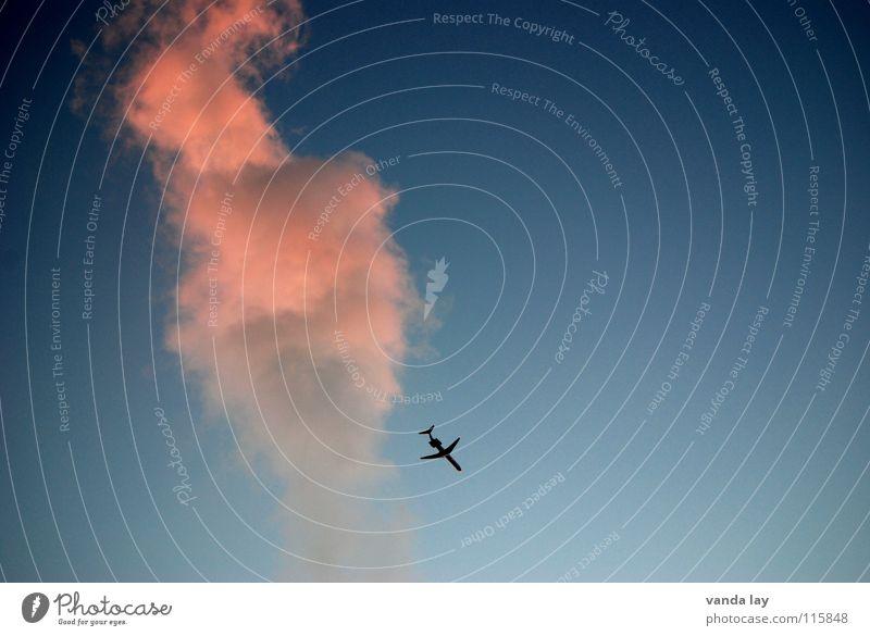 Zuckerwatte rosa Flugzeug Anschlag Terror Flugzeuglandung Flughafen Industrie Luftverkehr Rauch Himmel blau Abenddämmerung Schönes Wetter