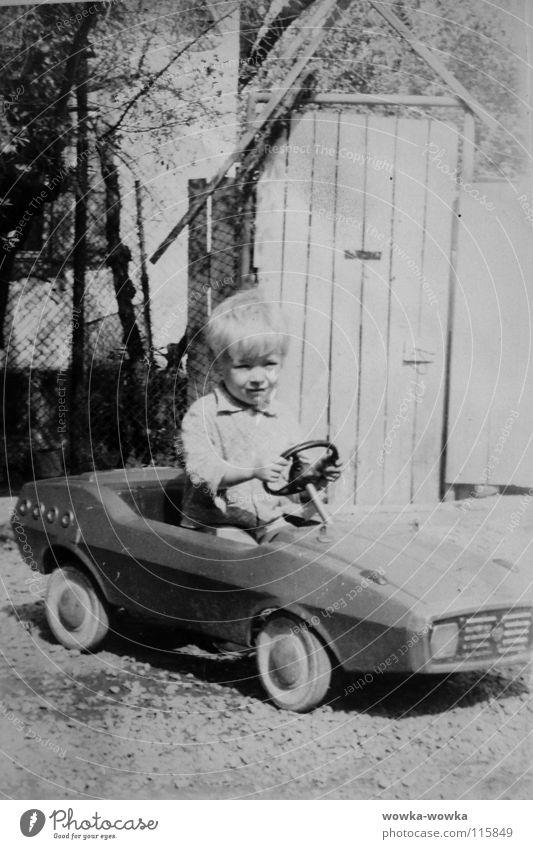 Rennfahrer schwarz Zaun Haus Kind Mensch PKW Junge weis Zauntür Rad