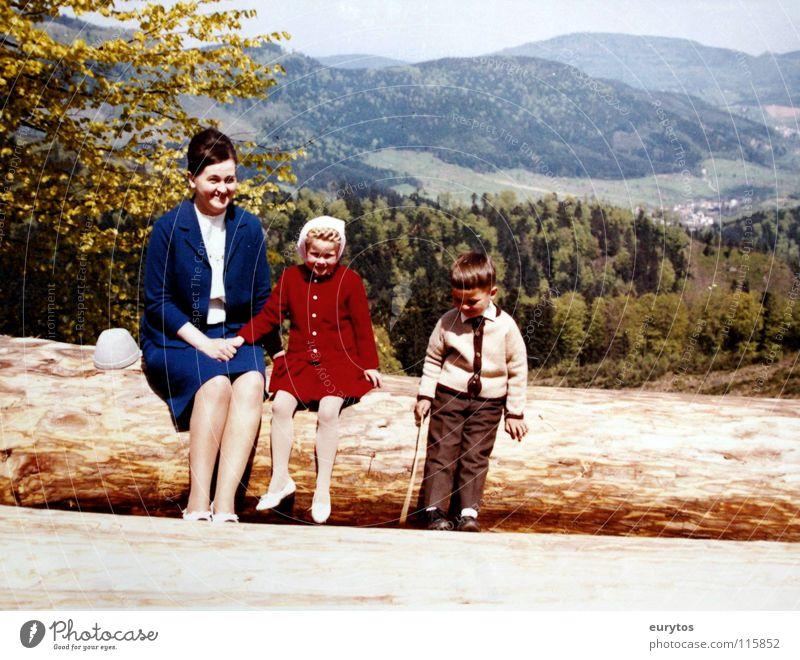 Sonntagsausflug. Mensch Kind Himmel Baum Mädchen Ferien & Urlaub & Reisen Freude Blatt Wald Straße Junge Wege & Pfade Frühling Mode Familie & Verwandtschaft Schuhe