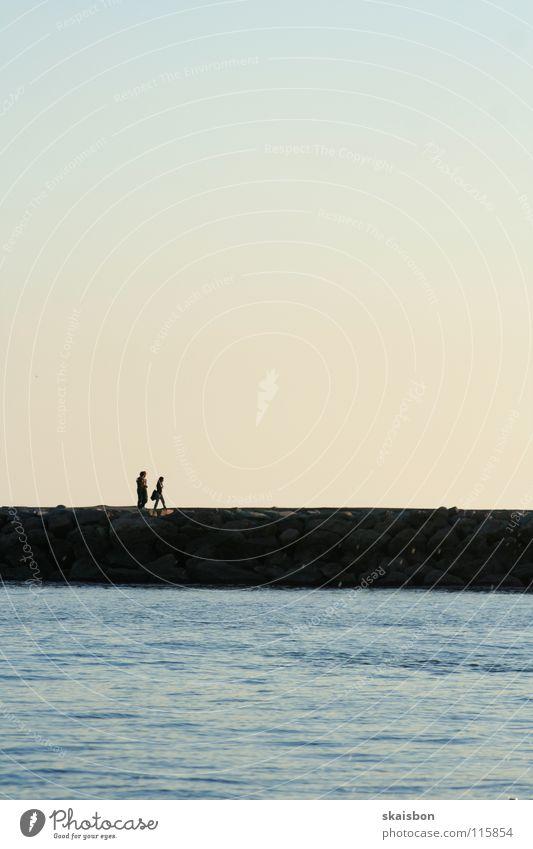 walk the line 2 Paar Zusammensein Meer See vorwärts gehen Spaziergang Sonnenuntergang Stimmung Vertrauen sprechen lang intensiv ruhig Liebe Zufriedenheit