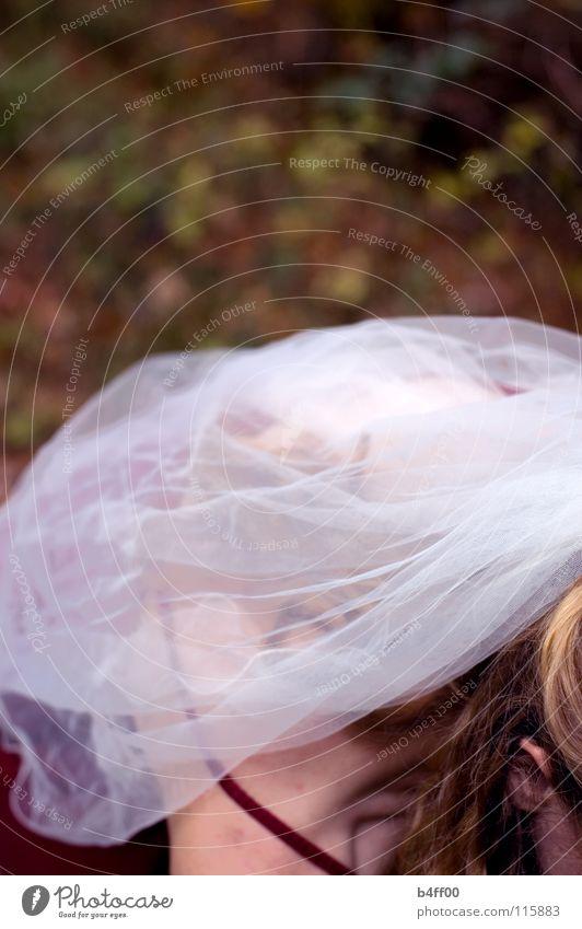 Schleieranschnitt?! rot weiß braun gelb Herbst Blatt zart Vorsicht Kleid gesichtslos fremd Trauer Hoffnung ruhig Überbelichtung Strahlung Frau Schwäche orange