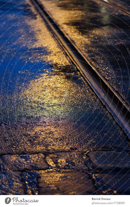 FR UT | Feuchtfröhlich Verkehr Öffentlicher Personennahverkehr Straßenkreuzung blau gelb schwarz Schienenverkehr dunkel Kopfsteinpflaster Metall nass