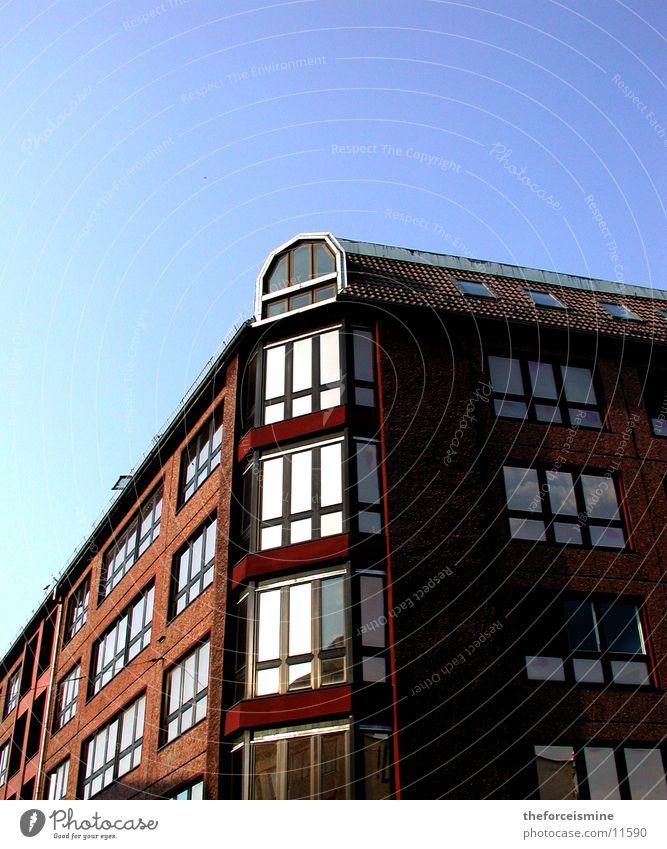Eckhaus Eckgebäude Fenster Reflexion & Spiegelung Architektur Berlin Blauer Himmel