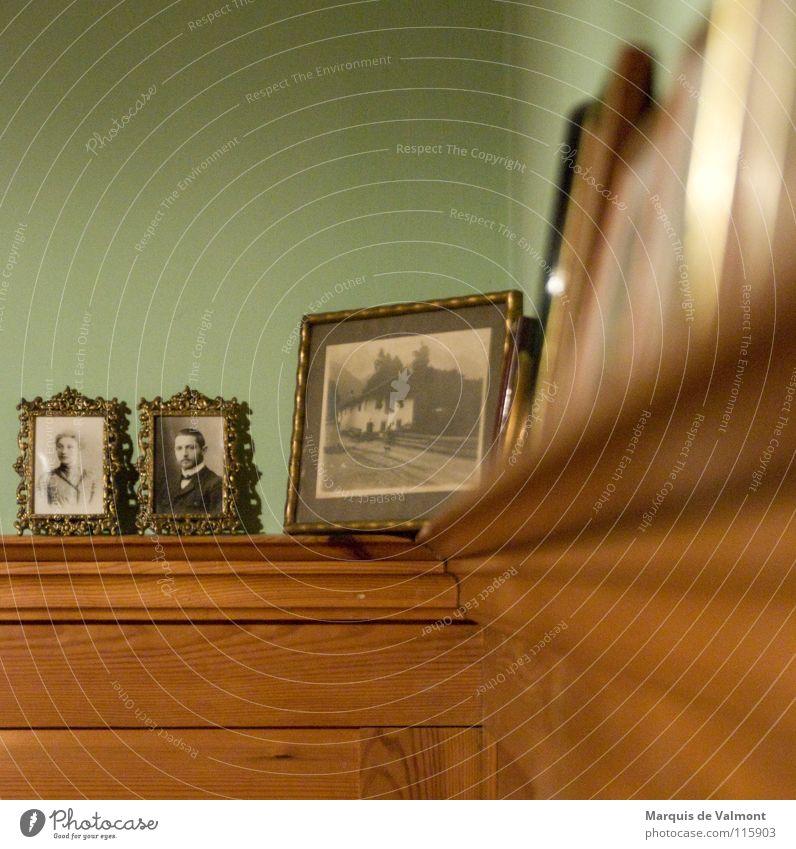 Ahnengalerie Holz alt historisch Fotografie Bilderrahmen Vorfahren Sims Wandtäfelung Holzvertäfelung Erinnerung aufgereiht Rahmen Farbfoto Unschärfe