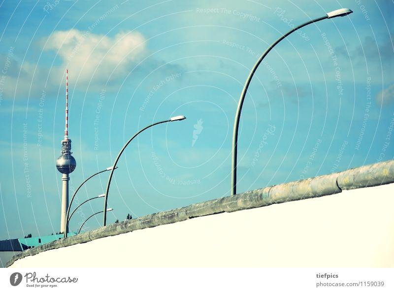 Berlin Mauer Wand retro Berliner Mauer Grenze ddr fernsehturm Eastside Gallery Straßenbeleuchtung Kalter Krieg Ostzone Todesstreifen mühlendamm DDR-Flagge
