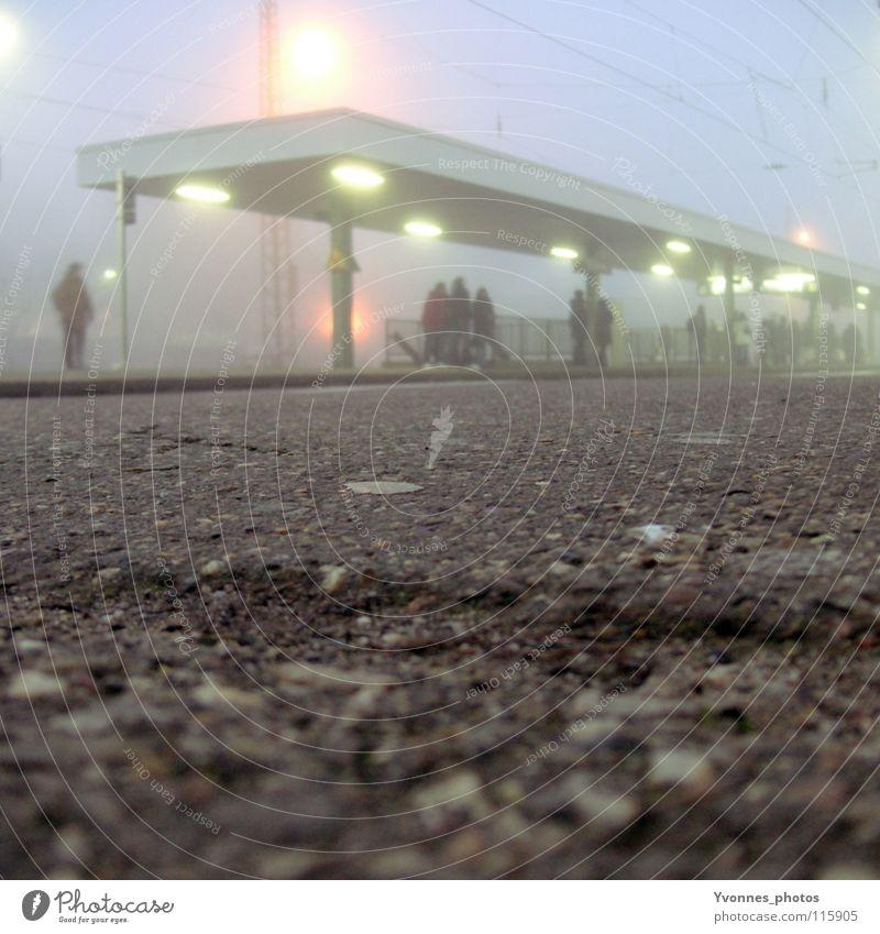 Pendleralltag Mensch alt blau Winter Ferien & Urlaub & Reisen Einsamkeit kalt Menschengruppe warten Nebel Zeit Eisenbahn Treppe fahren Frost Dach
