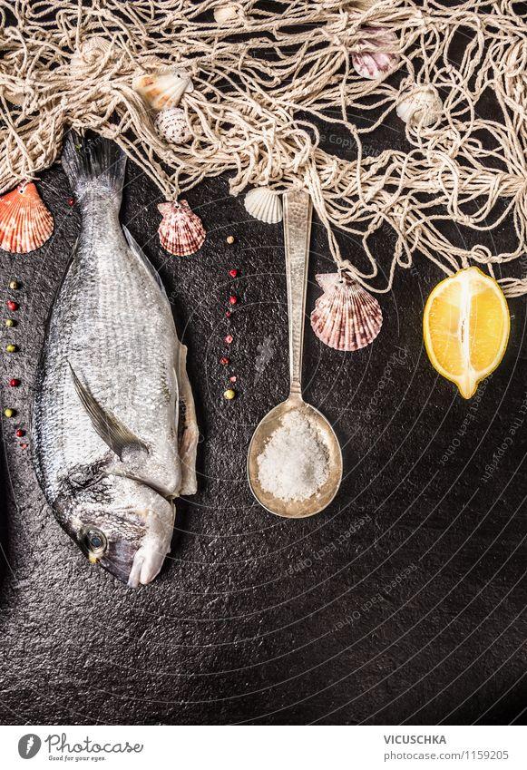 Dorade mit Fischnetz, Löffel und Zitrone Gesunde Ernährung schwarz Stil Hintergrundbild Foodfotografie Lebensmittel oben Design Ernährung Tisch Kochen & Garen & Backen Kräuter & Gewürze Fisch Netz Abendessen Diät