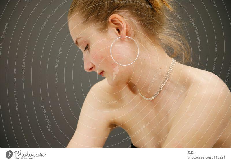 Shy? Frau Schulter Silhouette blond grau Verlauf Mensch Gesicht Arme Hals Profil Ohr Ohrringe Haare & Frisuren Kette Nase Haut