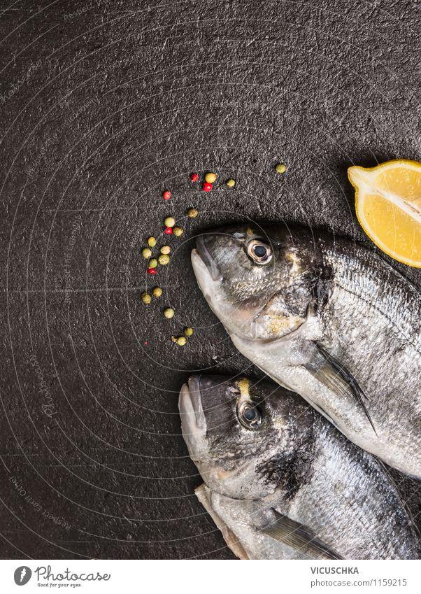 Fisch mit Zitrone auf dunklem Hintergrond Natur Gesunde Ernährung schwarz Stil Essen Hintergrundbild Foodfotografie Lebensmittel Design Tisch