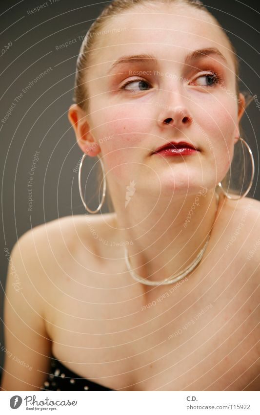 Ausblick Frau Schulter blond grau Verlauf Lippen rot Mensch Gesicht Arme Hals Ohr Ohrringe Haare & Frisuren Kette Nase Auge Haut