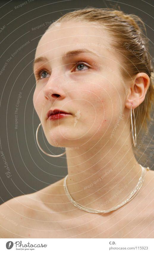 Modell Frau Schulter blond grau Verlauf Lippen rot Gesicht Hals Ohr Ohrringe Haare & Frisuren Kette Nase Auge Haut
