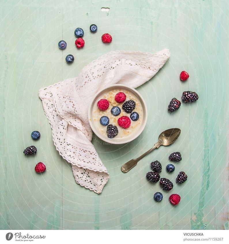 Haferflocken mit Sommerbeeren Lebensmittel Getreide Ernährung Frühstück Bioprodukte Vegetarische Ernährung Diät Milch Schalen & Schüsseln Gabel Stil Design