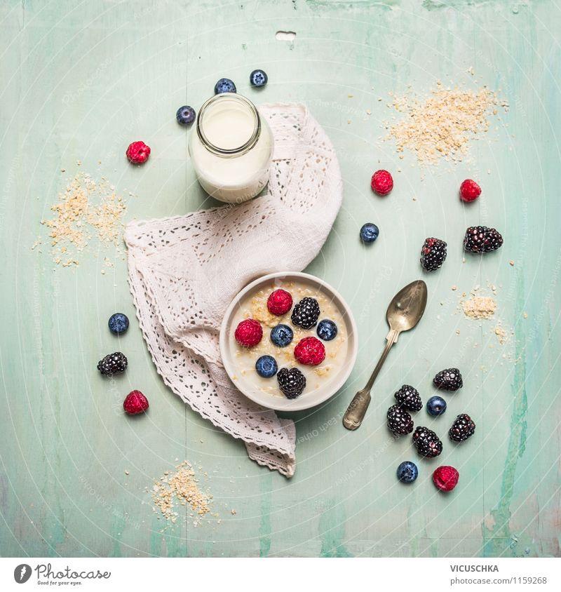 Frühstück mit Hafer Kleie, Milch und Beeren Lebensmittel Milcherzeugnisse Frucht Getreide Ernährung Bioprodukte Vegetarische Ernährung Diät Getränk Geschirr
