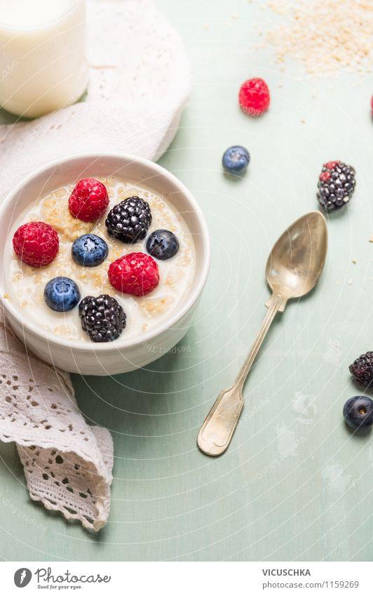 Gesundes Frühstück mit Hafer Kleie, Milch und Beeren Lebensmittel Milcherzeugnisse Frucht Getreide Ernährung Bioprodukte Vegetarische Ernährung Diät Teller