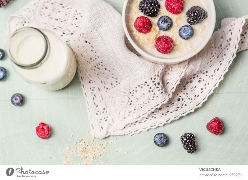 Haferflockenbrei mit Milch und Beeren Lebensmittel Milcherzeugnisse Frucht Getreide Ernährung Frühstück Bioprodukte Vegetarische Ernährung Diät Getränk